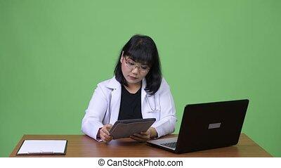 belle femme, docteur, travail, multi-tasking, asiatique