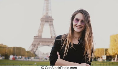 belle femme, eiffel, jeune, paris, regarder, france., appareil photo, femme, portrait, tour, sourire