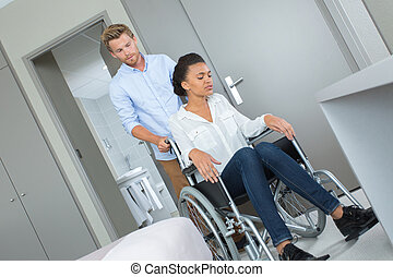 belle femme, elle, être, fauteuil roulant, jeune, poussé, petit ami