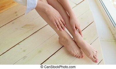 belle femme, elle, closeup, applique, jambes, crème