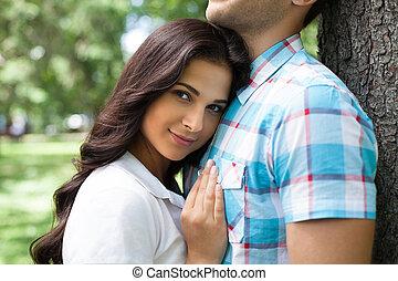 belle femme, elle, couple., jeune, penchant, sourire, aimer, petit ami