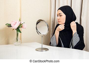 belle femme, elle, musulman, regarder, mettre, miroir, scarf.