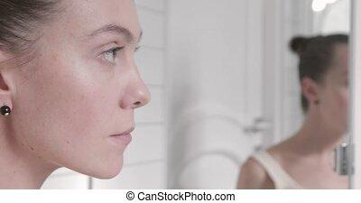 belle femme, elle, vérification, jeune, figure, miroir