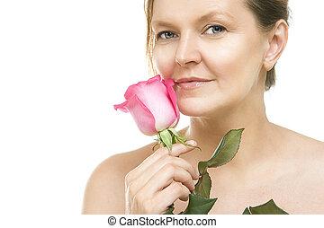 belle femme, femme, sur, -, mi, figure, regarder, appareil photo, adulte, fond, portrait, blanc, vieilli, caucasien, heureux