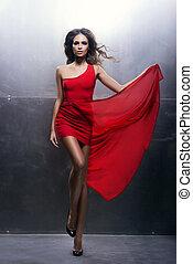 belle femme, fer, sur, ondulé, jeune, fond, long, passionné, robe, rouges