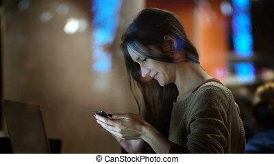 belle femme, fonctionnement, séance, intérieur, laptop., fenêtre, femme, utilisation, café, smartphone., vue