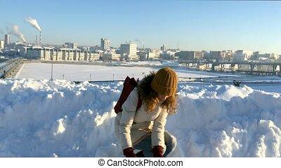 belle femme, frapper, boule de neige, appareil photo, jets