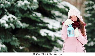 belle femme, hiver, lueur bougie, neige, jeune, tenue, dehors, jour noël