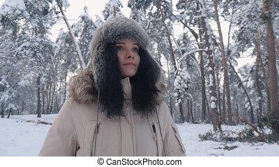 belle femme, hiver, neigeux, jeune, forêt, portrait, chapeau