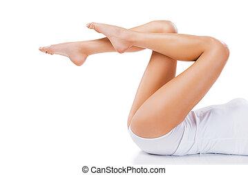 belle femme, image, jeune, tondu, natural., long, contre, fond, blanc, jambes, mensonge
