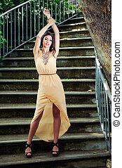 belle femme, jardin, jeune, escaliers.