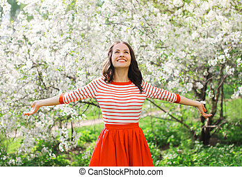 belle femme, jardin, printemps, jeune, fleurir, apprécier, odeur, heureux