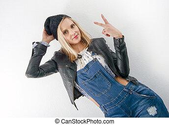 belle femme, jean, jeune, blond, salopette