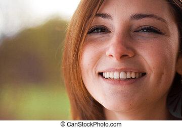 belle femme, jeune, arrière-plan vert, portrait