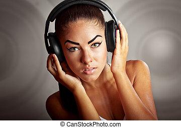 belle femme, jeune, brunette, musique écouter