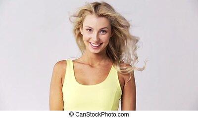 belle femme, jeune, cheveux, toucher, sourire heureux
