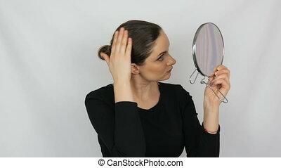 belle femme, jeune, grand, studio, regarde, fond, miroir, portrait, blanc, rond