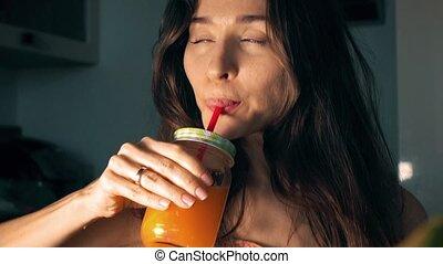 belle femme, jeune, jus, vidéo, 4k, orange, frais, boire, home.