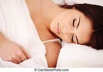 belle femme, jeune, lit, dormir, closeup, portrait