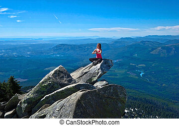 belle femme, jeune, méditer, au-dessus, rocher, valley.