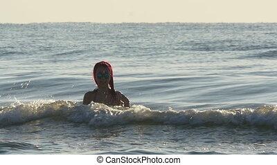 belle femme, jeune, mouvement, lent, mer, vagues, roux
