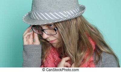 belle femme, jeune, poser, joli, chapeau, lunettes