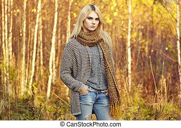 belle femme, jeune, pull-over, automne, portrait