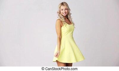 belle femme, jeune, sourire, robe, heureux