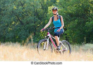 belle femme, jeune, vélo, séduisant, équitation, forêt