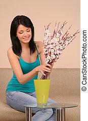 belle femme, jeune, vase, flowers., arrangement, girl, fleurs