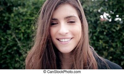 belle femme, joie, jeune regarder, appareil photo, frais, sourire