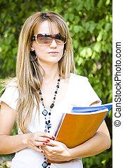 belle femme, livres, jeune, tenue