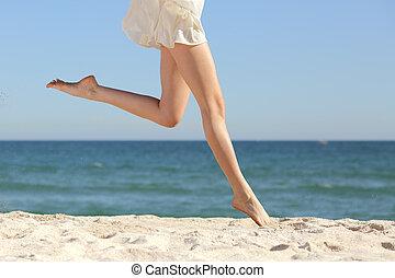 belle femme, long, sauter, jambes, plage