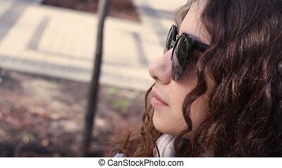 belle femme, lunettes soleil, devant, jeune regarder