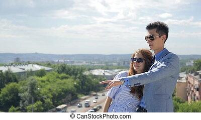 belle femme, lunettes soleil, ville, autre, couple, jeune, suivant, stand, au-dessus, chaque, panorama., discuter, homme