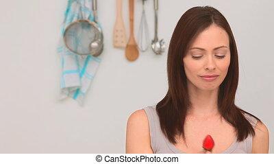 belle femme, manger, fraise