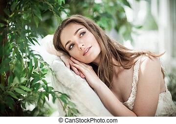 belle femme, mannequin, rêver, dans, feuilles vertes