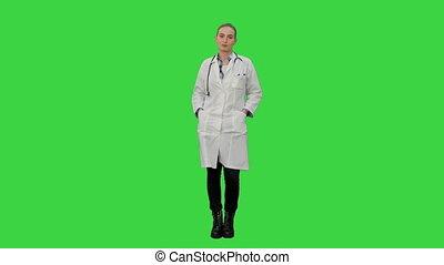 belle femme, manteau, chroma, laboratoire, écran, conversation, appareil photo, vert, key., sourire