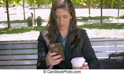 belle femme, mobile, app, garez banc, téléphone, lecture, technologie