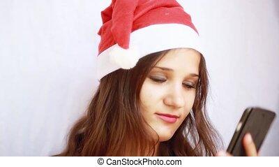 belle femme, mobile, claus, jeune, téléphone., santa, utilisation, chapeau