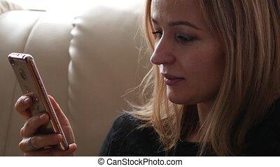 belle femme, mobile, jeune, désinvolte, conversation, téléphone., 4k, avoir