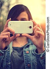 belle femme, mobile, photo, jeune, téléphone, prendre, portrait