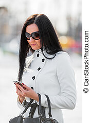 belle femme, mobile, regarder, téléphone, brunette