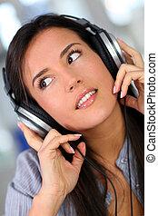 belle femme, musique, jeune, écoute