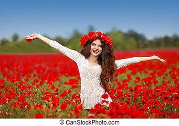 belle femme, nature, bras, champ, fond, pavot, sourire, ouvert, rouges, heureux