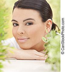 belle femme, naturel, feuilles, entouré, hispanique, concept, vert, spa, sourire