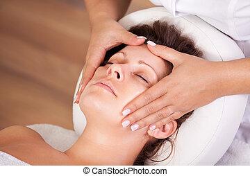 belle femme, obtenir, jeune, massage facial