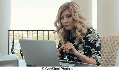 belle femme, ordinateur portable, boucles, quelque chose,...