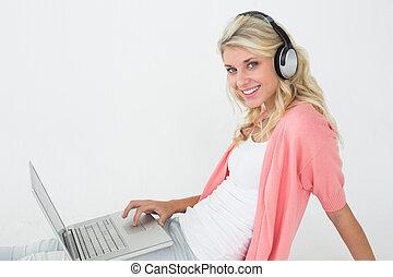 belle femme, ordinateur portable, quoique, musique écouter, utilisation