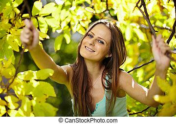 belle femme, parc, ensoleillé, apprécier, jour